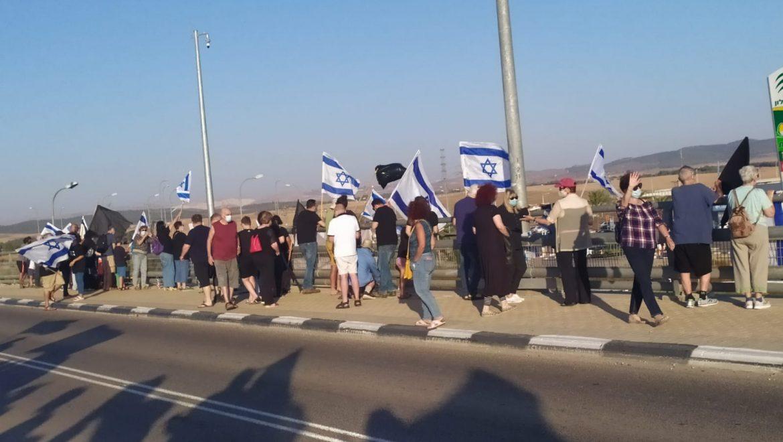 דגלים שחורים על הגשרים